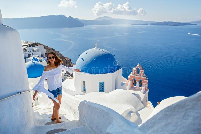 Belle jeune femme contre Santorini photos libres de droits