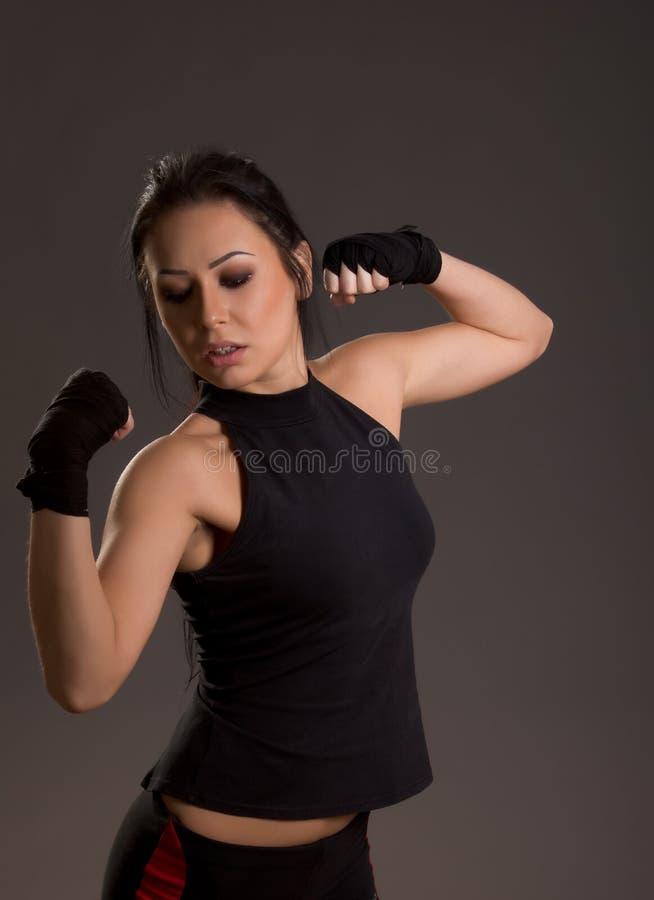 Belle jeune femme couverte de bandages pour la boxe images libres de droits
