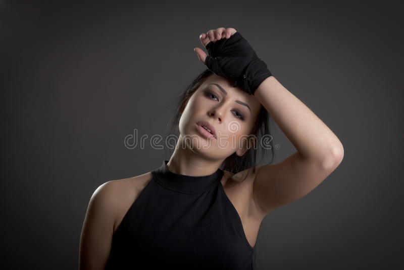 Belle jeune femme couverte de bandages pour la boxe photographie stock libre de droits