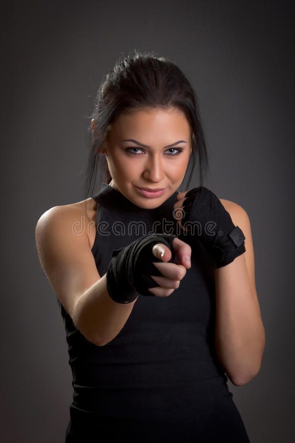 Belle jeune femme couverte de bandages pour la boxe photos stock