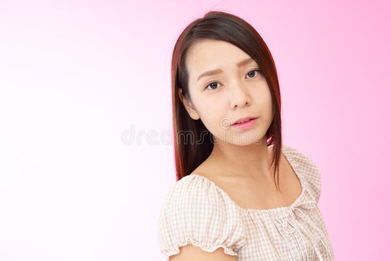 Belle jeune femme décontractée images libres de droits