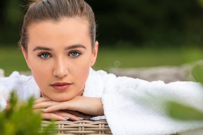 Belle jeune femme détendant dans la robe longue à la station thermale de santé photographie stock libre de droits