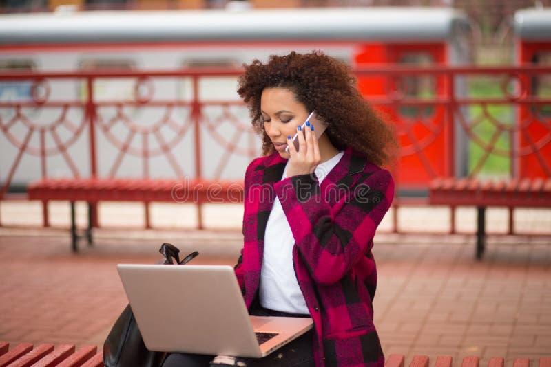 Belle jeune femme d'affaires asiatique mignonne dans le café, utilisant le comprimé numérique et le sourire potable de café photo stock