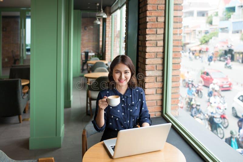 Belle jeune femme d'affaires asiatique mignonne dans le café, utilisant le lapt image libre de droits