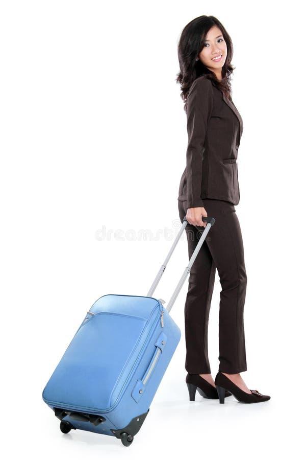 Belle jeune femme d'affaires avec la valise photographie stock libre de droits
