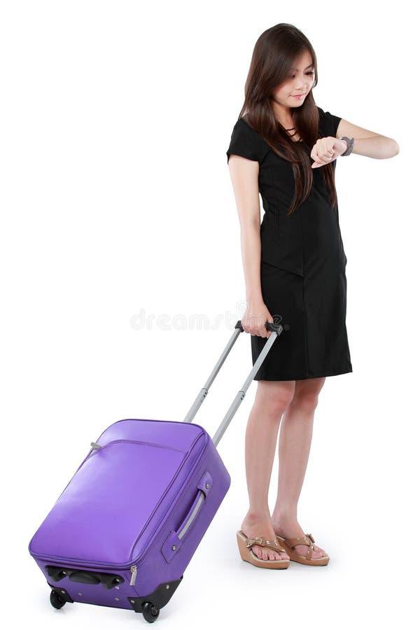 Belle jeune femme d'affaires avec la valise images stock