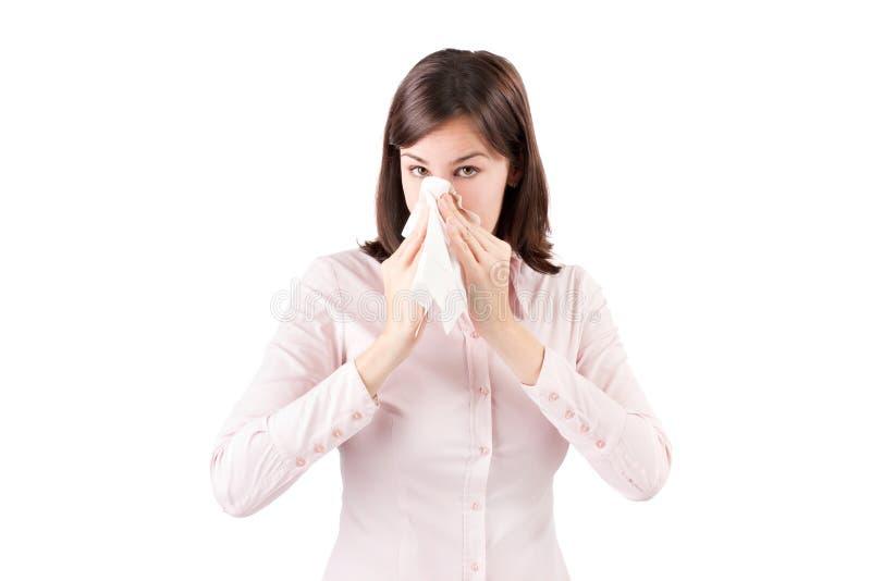 Belle jeune femme d'affaires avec un nez de soufflement froid. image stock