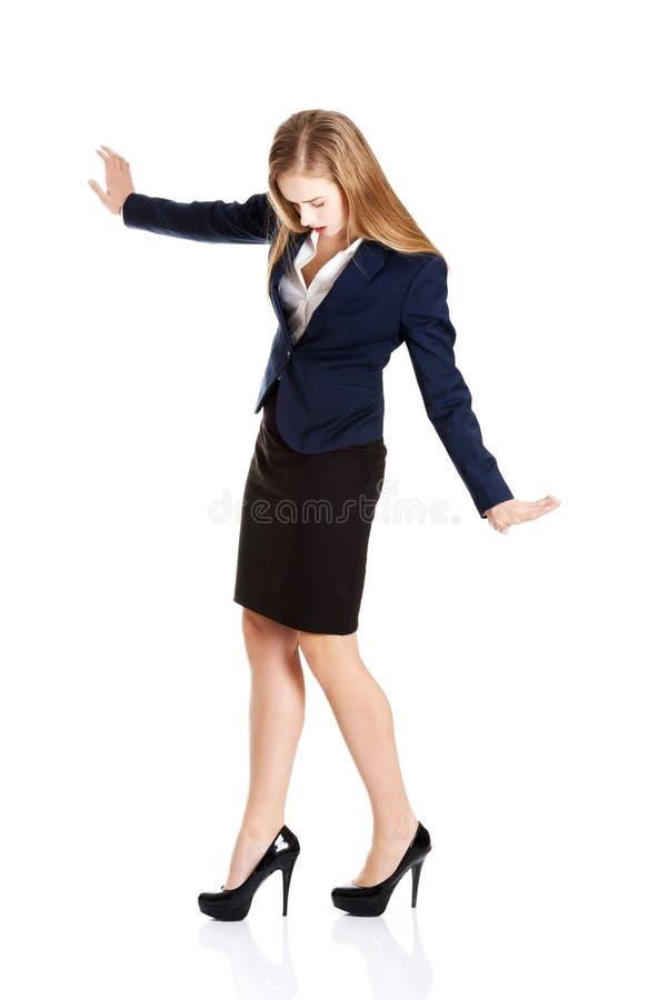 Belle jeune femme d'affaires essayant de garder l'équilibre. photo stock