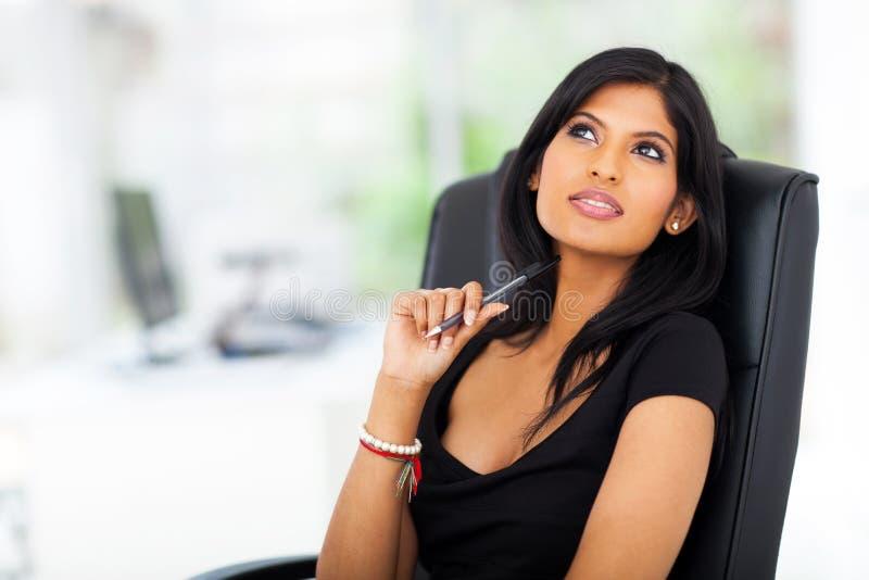 Jeune femme d'affaires réfléchie image stock