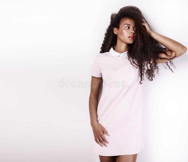 Belle jeune femme d'afro-américain avec de longs cheveux sains image stock
