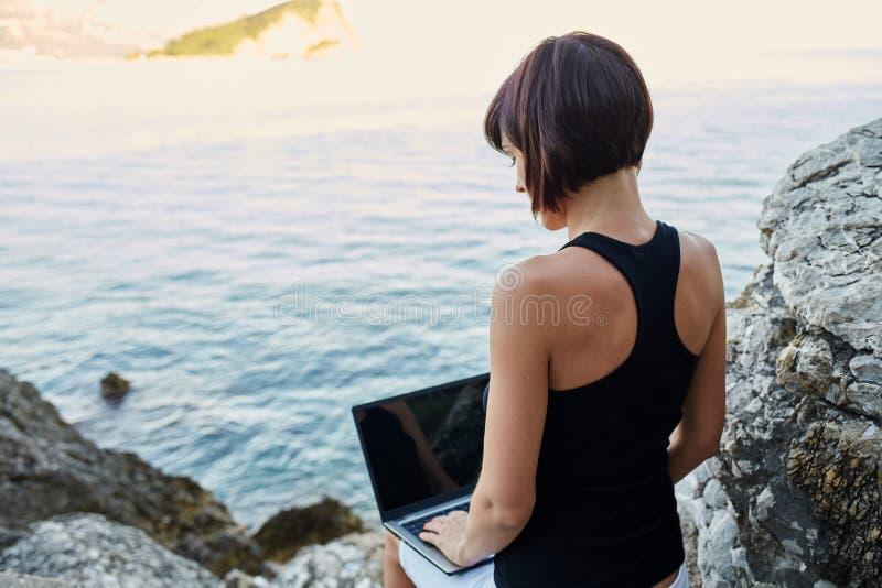 Belle jeune femme d'indépendant à l'aide de l'ordinateur portable images libres de droits