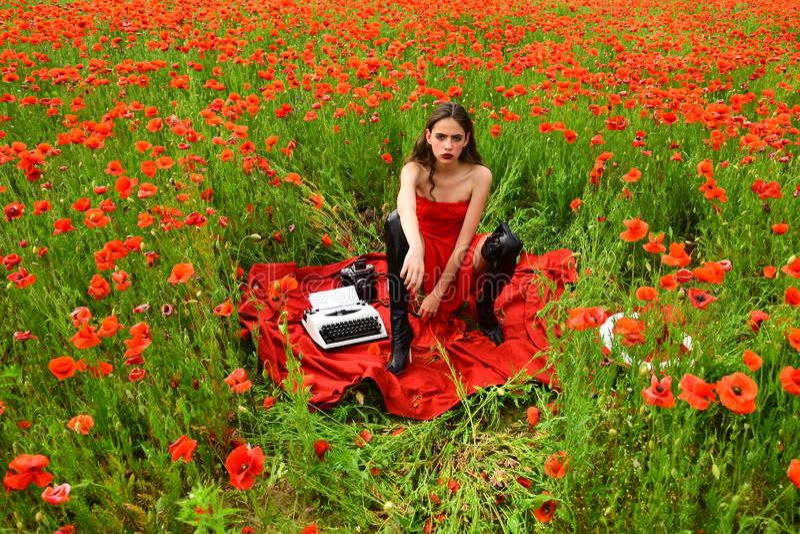 belle jeune femme dactylographiant sur une machine ? ?crire photographie stock libre de droits