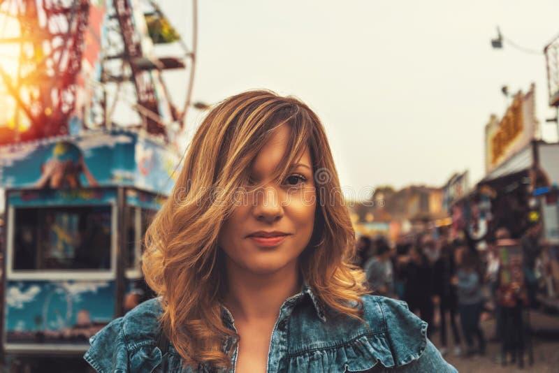 Belle jeune femme dans de Luna Park un coucher du soleil peu avant en automne photographie stock libre de droits