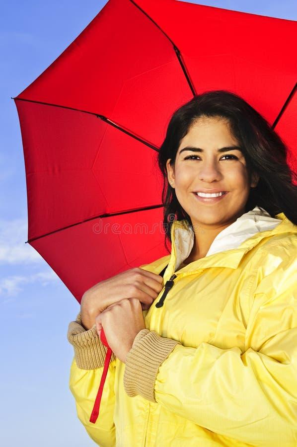 Belle jeune femme dans l'imperméable avec le parapluie images stock