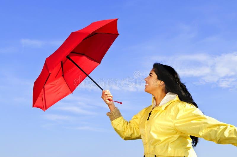 Belle jeune femme dans l'imperméable avec le parapluie photos libres de droits