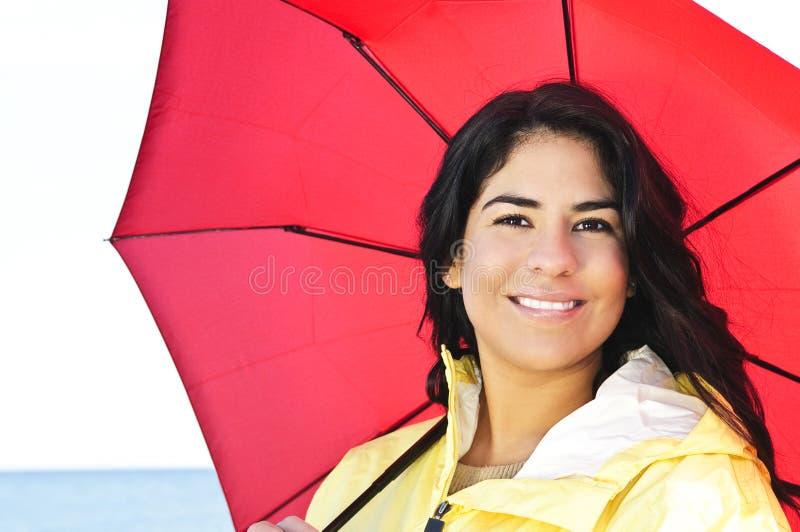 Belle jeune femme dans l'imperméable avec le parapluie photo libre de droits