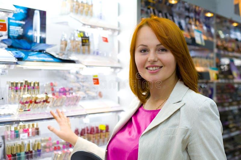 Belle jeune femme dans la boutique photos stock