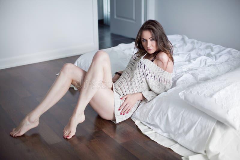 Belle jeune femme dans la chambre à coucher photographie stock