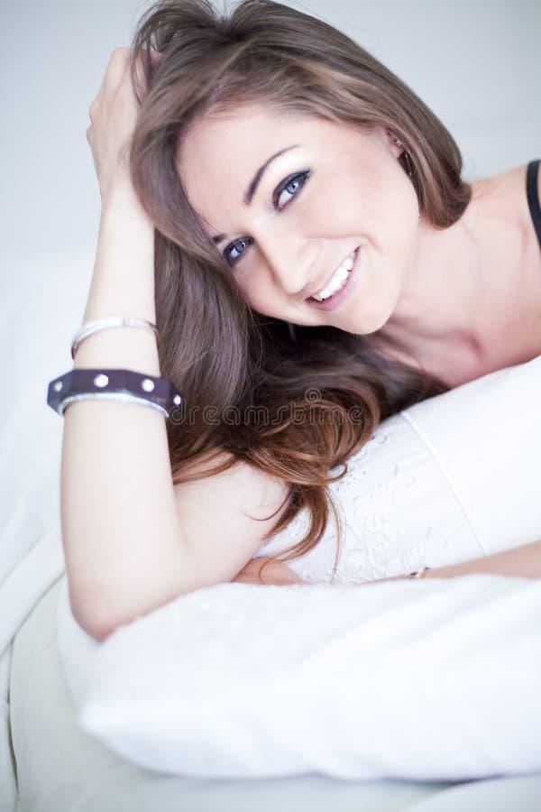 Belle jeune femme dans la chambre à coucher photos stock