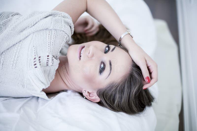 Belle jeune femme dans la chambre à coucher images libres de droits