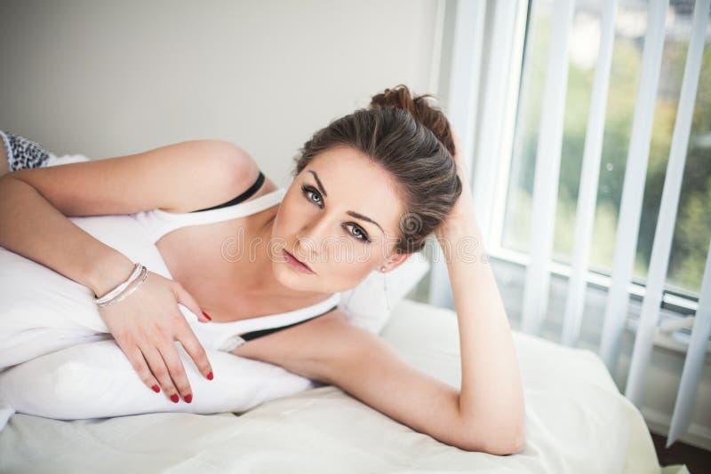 Belle jeune femme dans la chambre à coucher photographie stock libre de droits