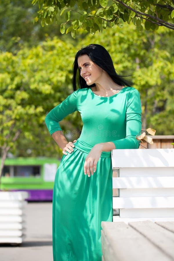 Belle jeune femme dans la longue robe verte photo libre de droits