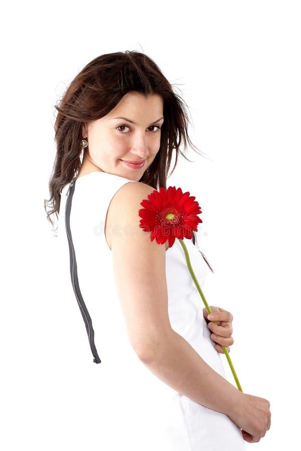 Belle jeune femme dans la robe blanche, posant en longueur avec f rouge photos libres de droits
