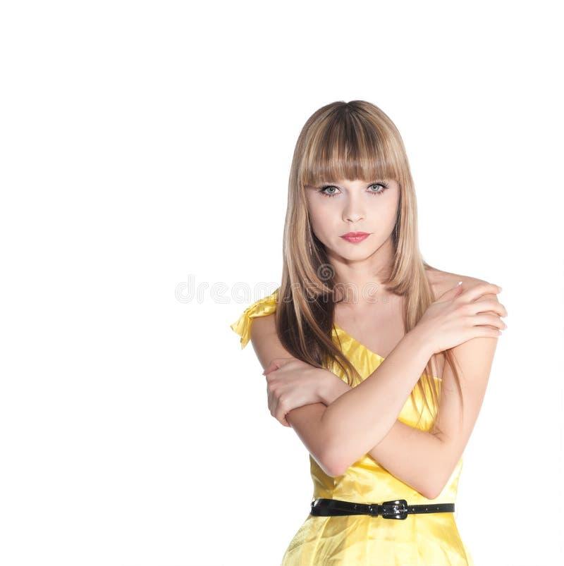 Belle jeune femme dans la robe jaune d'été photos stock