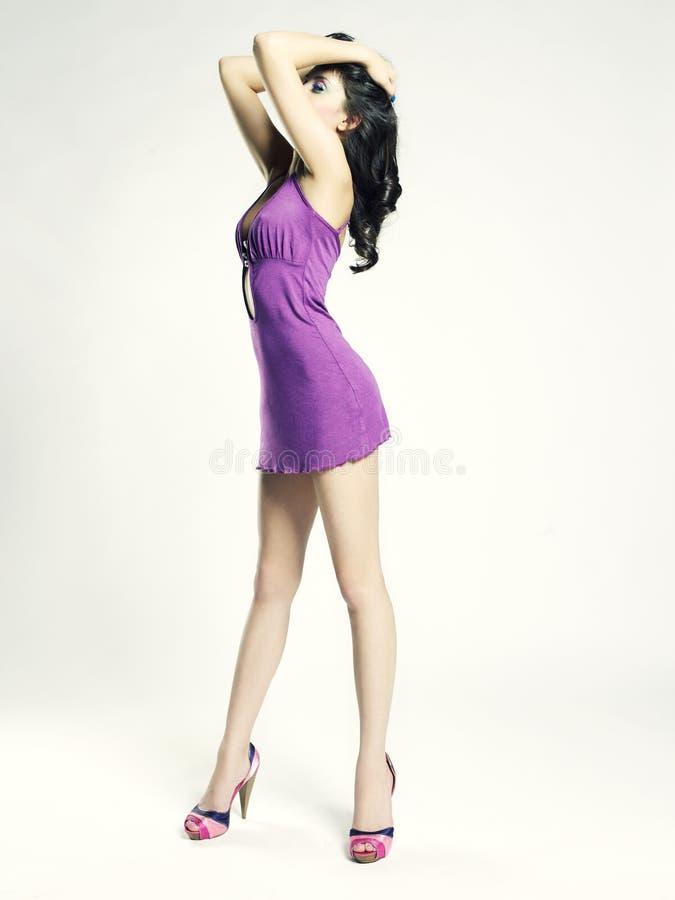 Belle jeune femme dans la robe lilas image libre de droits