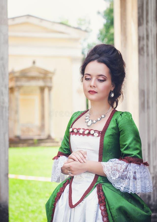 Belle jeune femme dans la robe médiévale verte photographie stock