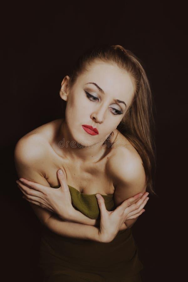 Belle jeune femme dans la robe verte d'été photos libres de droits