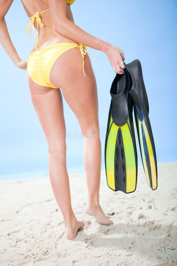 Belle jeune femme dans le bikini avec la prise d'air photographie stock libre de droits