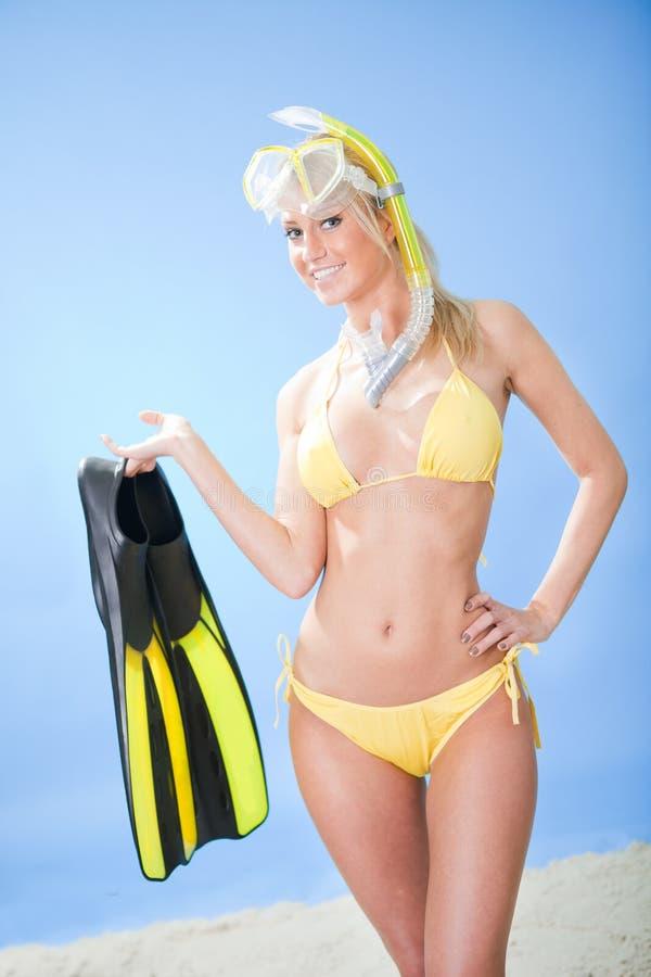 Belle jeune femme dans le bikini avec la prise d'air images libres de droits