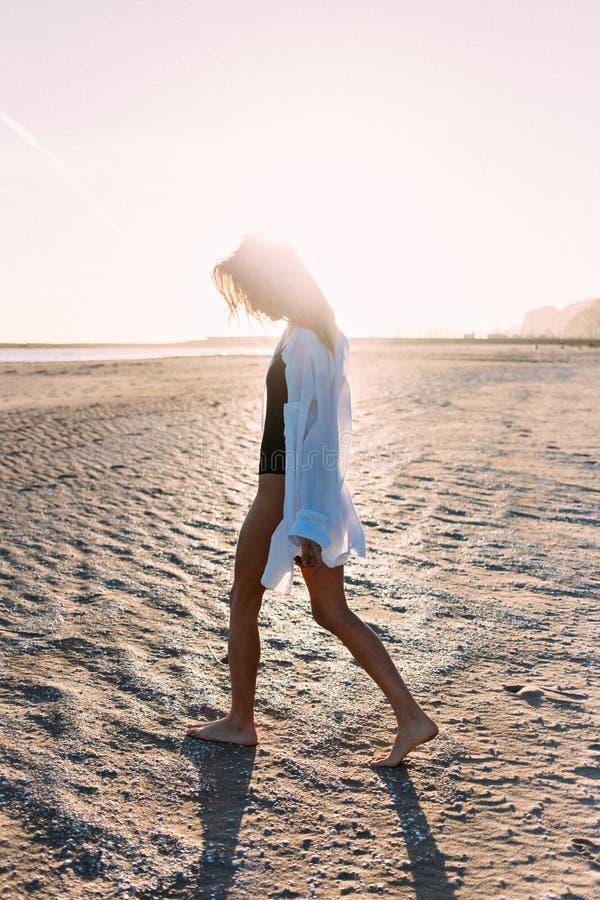Belle jeune femme dans le maillot de bain sur la plage images libres de droits