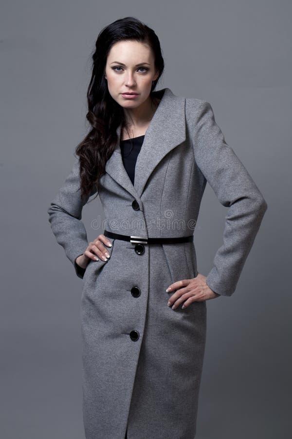 Belle jeune femme dans le manteau d'automne photos libres de droits