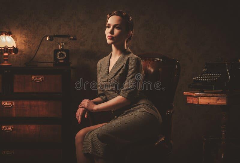 Belle jeune femme dans le rétro intérieur photo libre de droits