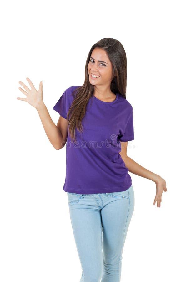 Belle jeune femme dans le T-shirt pourpre posant au-dessus du fond blanc photos libres de droits