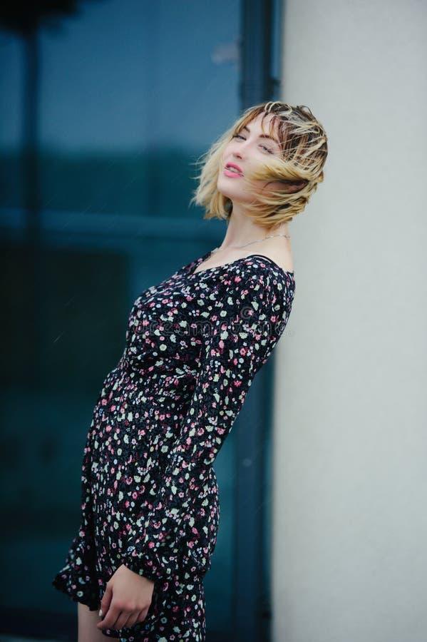 Belle jeune femme dans les cheveux de pluie, sensuels et doux, humides photographie stock libre de droits