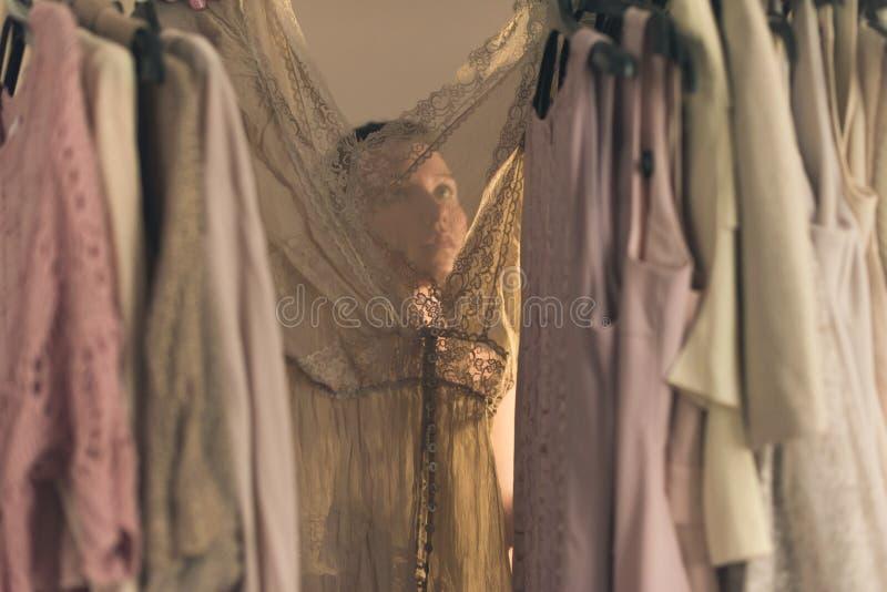 Belle jeune femme dans les sous-v?tements choisissant quoi porter la position devant son d?but de la matin?e de garde-robe photographie stock