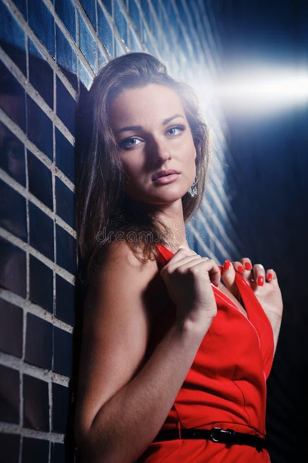 Belle jeune femme dans une robe rouge photo stock