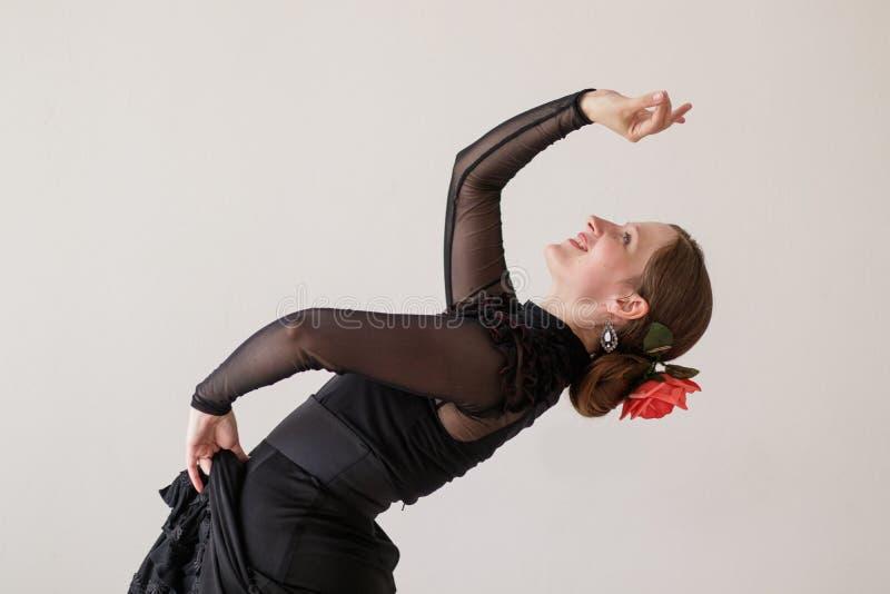 Belle jeune femme dansant le flamenco en robe noire Dans la danse, elle s'est penchée magnifiquement images stock