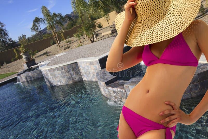 Belle jeune femme de bikini au regroupement image libre de droits