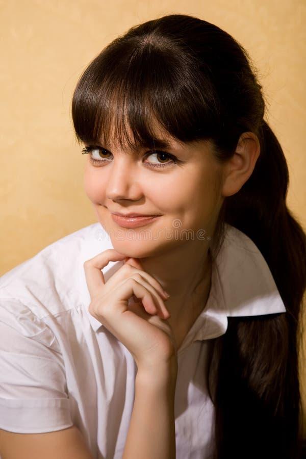 Belle jeune femme de brunette dans le chemisier blanc images stock