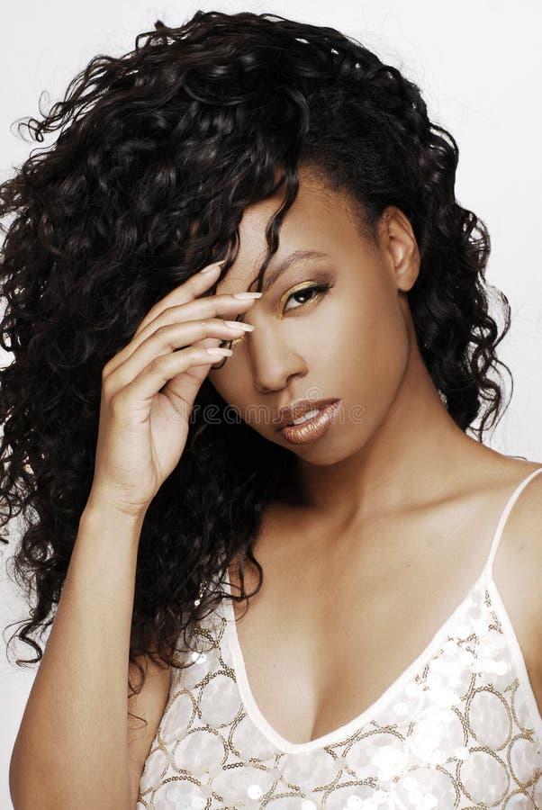 Belle, jeune femme de l'Amérique d'Africain avec de longs cheveux onduleux et foncés photographie stock