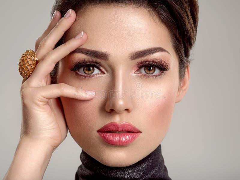 Belle jeune femme de mode avec le rouge à lèvres de corail vivant La fille blanche attirante porte les bijoux de luxe images stock