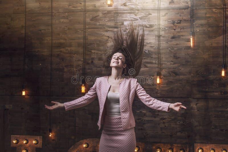 Belle jeune femme de mode dans le costume avec des cheveux de vol, bras  image stock