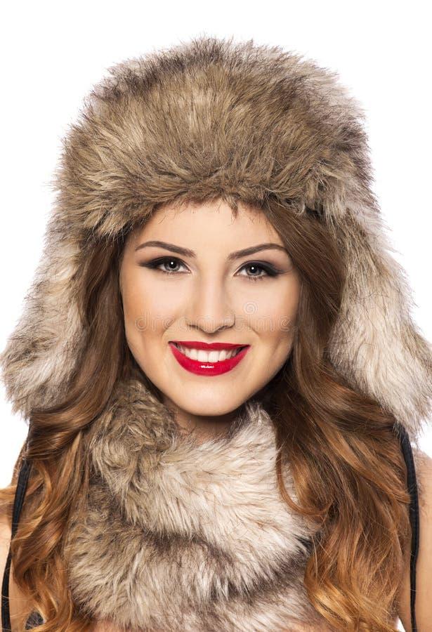 Belle jeune femme de sourire avec le chapeau de fourrure photo libre de droits