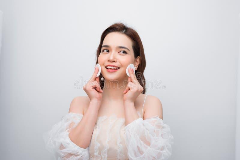 Belle jeune femme de sourire avec les protections de coton propres Traitement facial Visage de famale de soins de la peau de beau photo libre de droits