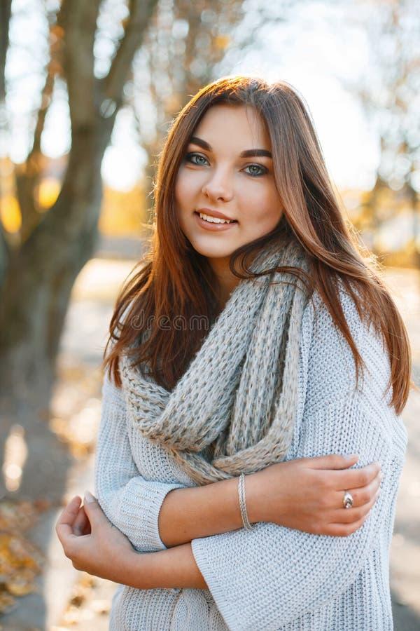 Belle jeune femme de sourire de brune - portrai coloré d'automne image stock