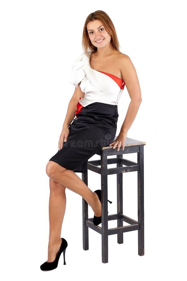 Belle jeune femme de sourire dans la robe noire et blanche photo libre de droits
